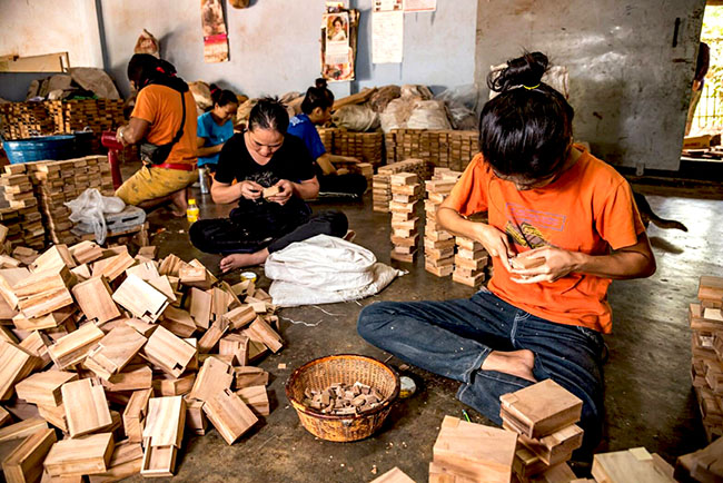 ting tong wooden games factory produce handmade wooden puzzle with monkey pod wood in chian mai